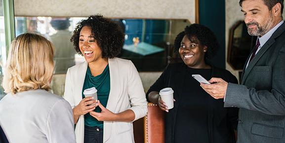 Relacionar-se bem com os colaboradores é um passo importante sobre como liderar uma equipe