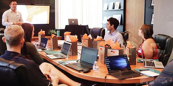 Existem formas de melhorar o trabalho em equipe com softwares