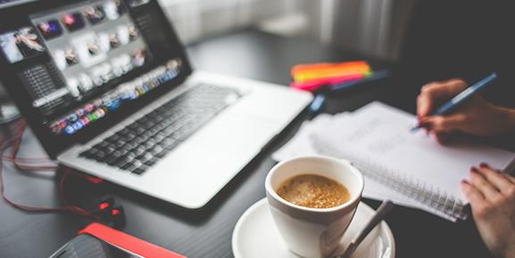 O conteúdo para empresas é muito bem desenvolvido e combina texto e identidade visual